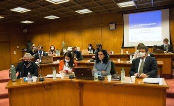 La ministra de Economía Azucena Arbeleche y su equipo de asesores el lunes en el Senado