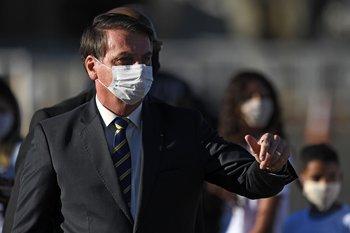 Jair Bolsonaro utilizando tapabocas