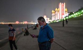Personas con tapabocas en el Yangtze River de Wuhan