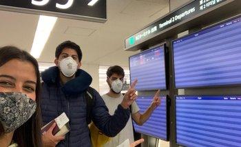 Tres uruguayos en el aeropuerto de Narita, en Tokio, antes de emprender el viaje de vuelta a Uruguay