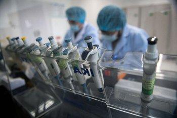 Trabajadores de un laboratorio de Beijing