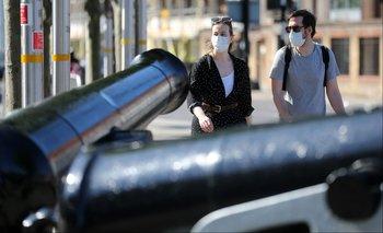 Dos personas caminan por las calles de Londres