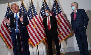 Donald Trump junto a Mitch McConnell y John Barrasso.