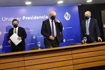 Fernando Paganini, Rafael Radi y Henry Cohen, del Grupo Asesor Científico Honorario que aconseja al gobierno en la emergencia sanitaria