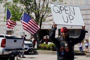 Un manifestante de la organización REOPEN NC protesta por el confinamiento por coronavirus de Carolina del Norte, en Estados Unidos