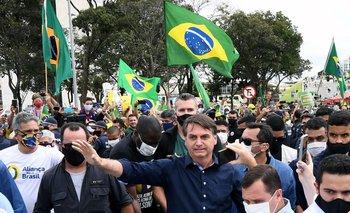 El presidente de Brasil, Jair Bolsonaro, saluda a quienes se acercaron hasta el Palacio del Planalto para apoyarlo, este 24 de mayo