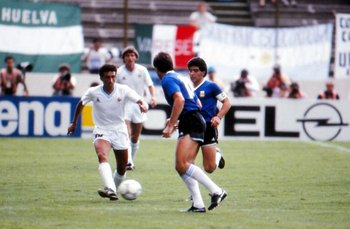 Ramos con la pelota y con Maradona cerca