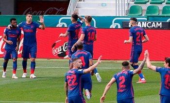 Los futbolistas de Atlético de Madrid celebraron el gol de Luis Suárez ante Elche, pero luego el VAR de lo anuló
