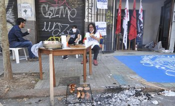Chorizos en un puesto de recolección de firmas contra la LUC