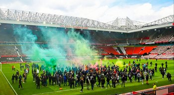 Los aficionados de Manchester United invadieron el campo de juego de Old Trafford antes del clásico ante Liverpool, en reclamo para que se vaya la familia Glazer, dueña del club; horas después, se decidió la suspensión del encuentro