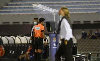 González chequeó la jugada bajo un alud de gritos de los dirigentes