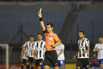 González mostró seis amarillas en el primer tiempo