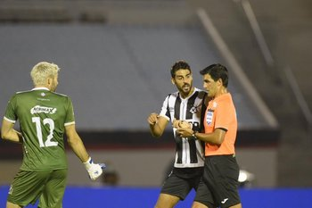 Petryk protesta pero González amonesta a De Arrubarrena