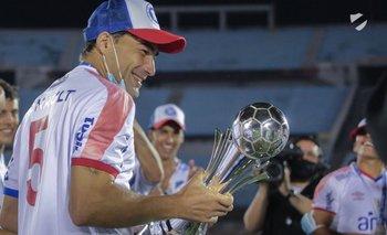 Rafael García con el trofeo de la Supercopa 2021