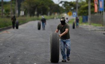 Disturbios en Colombia continuaron a pesar de la marcha atrás en la reforma fiscal