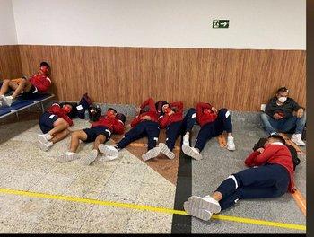 Parte de la delegación de Independiente durmiendo en el piso del aeropuerto