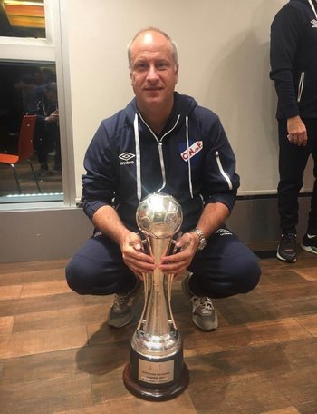 Alejandro Cappuccio con el trofeo de la Supercopa Uruguaya, su primer título en Nacional