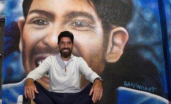 Sebastián Abreu frente al mural del club Olimpia de Minas