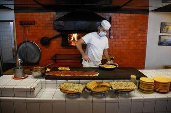 Matías Souza es el pizzero que trabaja los mediodías en el Bar Tasende