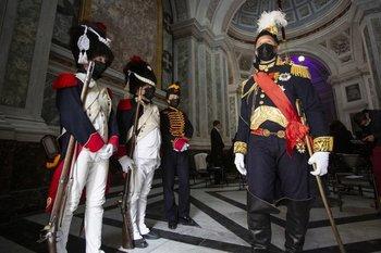 Entusiastas de Napoleón, vestidos con trajes de los guardias imperiales, en la isla mediterránea francesa de Córcega