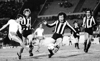 Alberto Bica jugando un clásico para Nacional