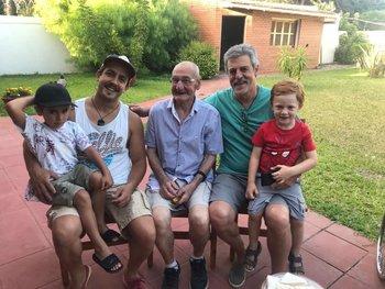 Alberto Bica en familia con su padre Luis Alberto, Francisco, uno de sus hijos, y dos de sus nietos