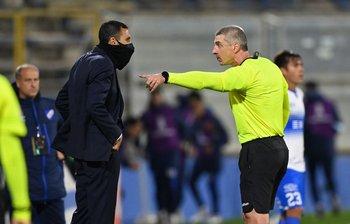 Anderson Daronco reta a Gustavo Poyet