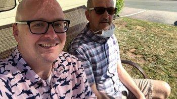 Roger Ellis (a la derecha) comenzó a mostrar síntomas de la enfermedad en 2019, según afirma su hijo Steve Ellis (a la izquierda).