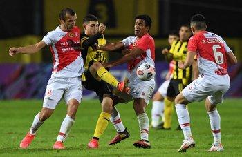 Álvarez Martínez rodeado por la defensa rival