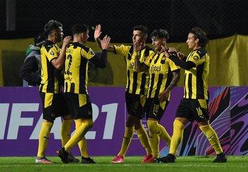 Peñarol va por un triunfo decisivo contra Corinthians
