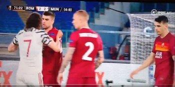 Cavani contra los jugadores de Roma