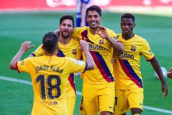 Luis Suárez junto a Lionel Messi y Jordi Alba, entre otros, cuando defendía a Barcelona