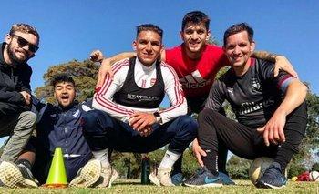 Lucas con sus hermanos Brahian, de rojo, y Claudio