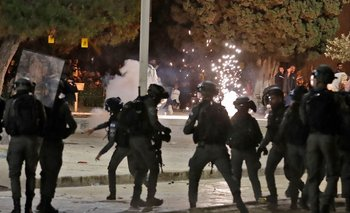 Israeli security forces clash with Palestinian protesters at the al-Aqsa mosque compound in Jerusalem, on May 7, 2021. Ahmad GHARABLI / AFP