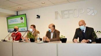 El ministro de Trabajo, Pablo Mieres, junto a autoridades de Inefop.
