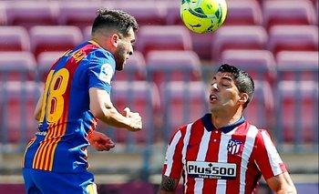 Luis Suárez es marcado por Jordi Alba