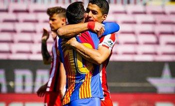 Luis Suárez y Lionel Messi y el abrazo de los amigos antes del partido entre Barcelona y Atlético de Madrid