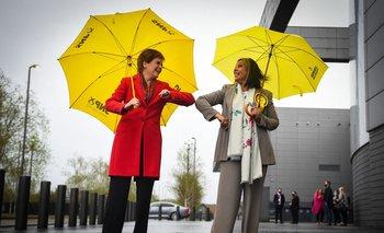 La primera ministra de Escocia y líder del SNP, Nicola Sturgeon (izquierda) felicita a la candidata del SNP, Kaukab Stewart, después de ser elegida
