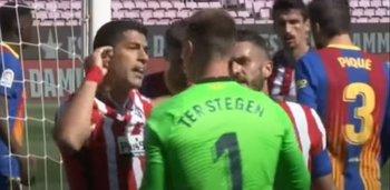 Luis Suárez le protesta a Ter Stegen que el arquero le pegó con el puño en la cabeza
