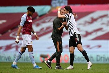 El abrazo final del técnico Ole Gunnar Solskjaer con Edinson Cavani tras el triunfo ante Aston Villa