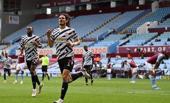 Edinson Cavani celebra su gol de este domingo ante Aston Villa
