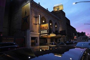 Para las producciones de Broadway, cada una de las cuales implica millones de dólares de inversión, reabrir en estas condiciones no resultaba económicamente rentable