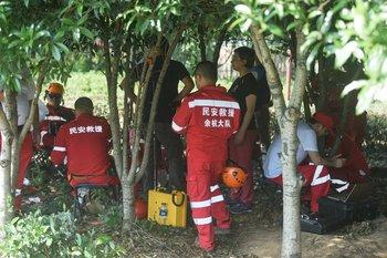 Esta foto, tomada el domingo, muestra a los rescatistas buscando a los leopardos en la ciudad de Hangzhou