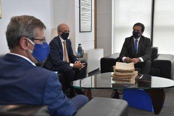 Jorge Díaz reunido en el piso 11 de Torre Ejecutiva con el presidente Luis Lacalle Pou y el ministro de Defensa, Javier García