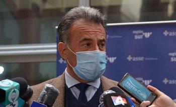 El ministro de Salud Pública, Daniel Salinas, en la inauguración de camas de CTI en el Hospital Pasteur