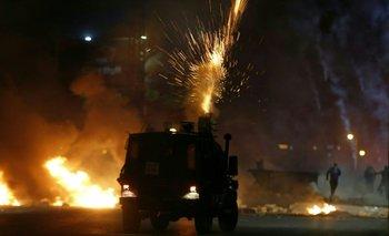 Soldados israelíes disparan gases lacrimógenos contra manifestantes palestinos durante una protesta contra Israel