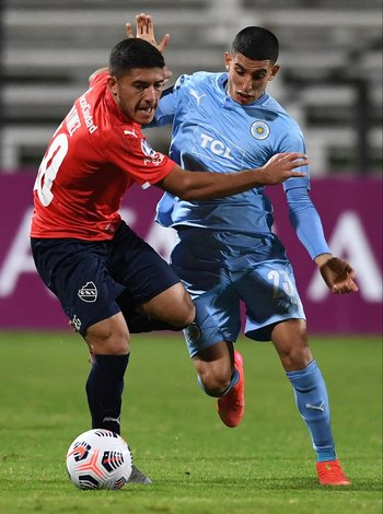 Braian Martínez en disputa con Santiago Rodríguez