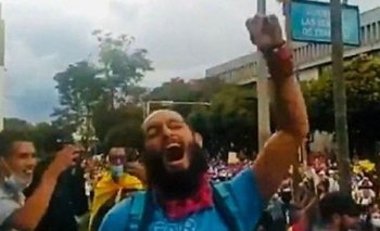 El joven activista Lucas Villa manifestándose contra el gobierno de Iván Duque