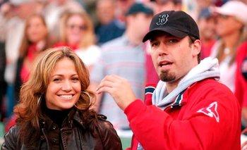 Jennifer Lopez y Ben Affleck en el Fenway Park en Boston el 11 de octubre de 2003