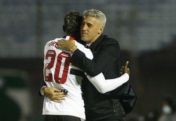 Hernán Crespo se abraza con el autor del primer gol